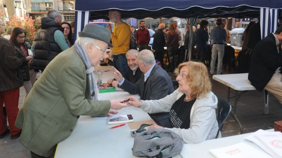 Autors santcugatencs escalfen motors per a Sant Jordi a la Taula d'Escriptors