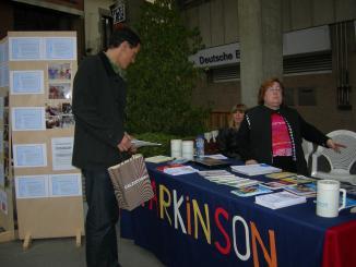 Sant Cugat pren consciència sobre els efectes del Pàrkinson amb una taula informativa