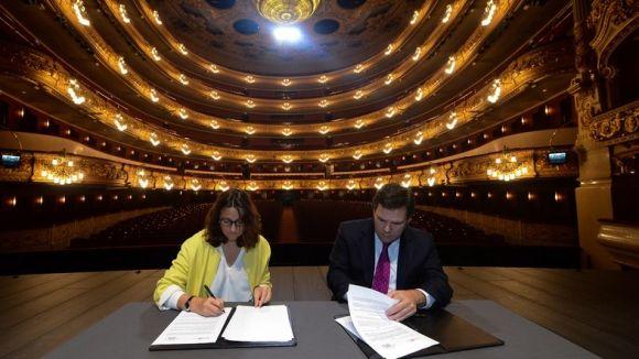 Mercè Conesa i Guillem Guasch, signant el conveni de relació/ Foto: Localpres