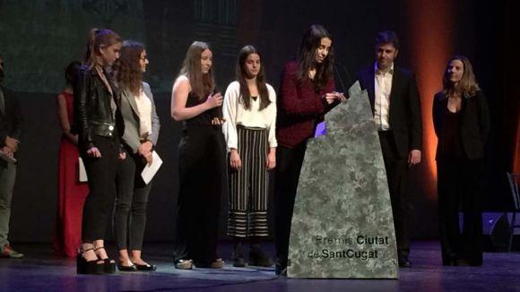 Les alumnes del Thau, en el moment de recollir el premi