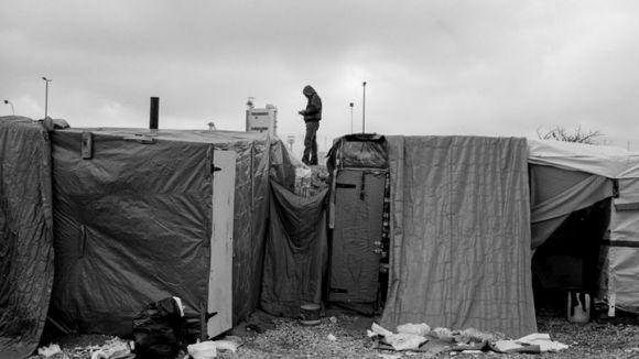 Els realitzadors del documental 'The Jungle' avancen el viatge a Calais davant la possible demolició del camp