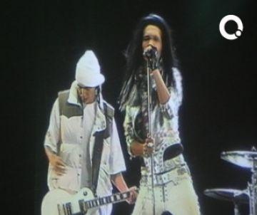 Els fans de Tokio Hotel es bolquen en el concert virtual projectat al Media Markt