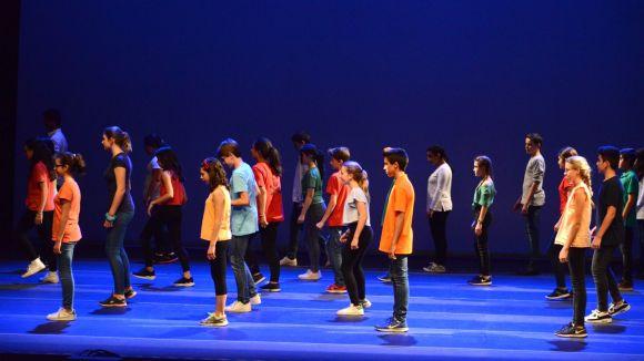 150 alumnes dels instituts Arnau Cadell i Tretzevents porten a l'escenari el projecte 'Tots Dansen'