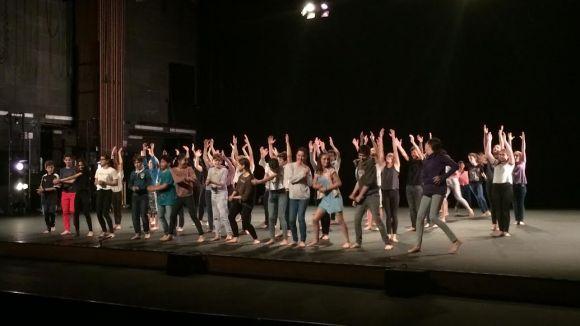 140 alumnes de secundària debuten a l'escenari amb el projecte 'Tots dansen'
