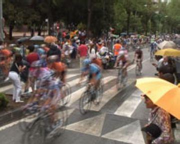 Els santcugatencs, emocionats pel pas del Tour de França per Sant Cugat