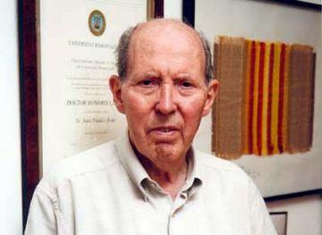 L'escriptor Joan Triadú presenta les seves memòries al claustre del Monestir