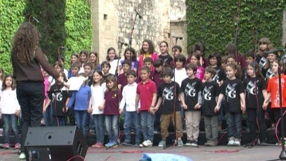 11 cors infantils d'arreu de Catalunya uneixen les seves veus a la plaça de l'Om