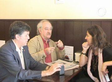 L'alcalde, Lluís Recoder, felicita a l'escriptor santcugatenc Sam Abrams pel premi Carles Rahola