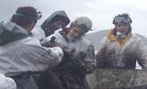 Quatre dels 92 voluntaris santcugatencs buiden un cabàs amb 'chapapote' en un contenidor