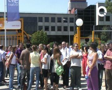 Els treballadors de RTVE es concentren davant la seu del PSC a Barcelona