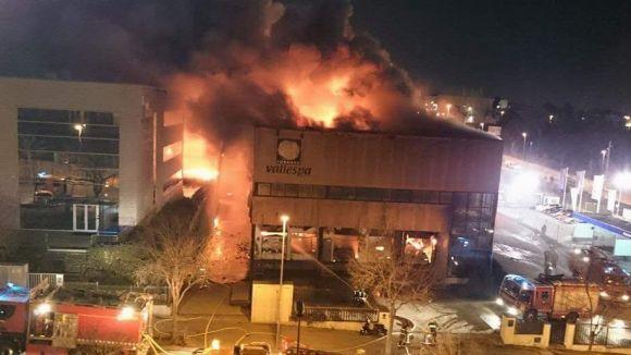 Un incendi arrasa la nau panificadora de Vallespà a Rubí