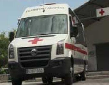 Membres de Creu Roja local es formen amb un simulacre de rescat
