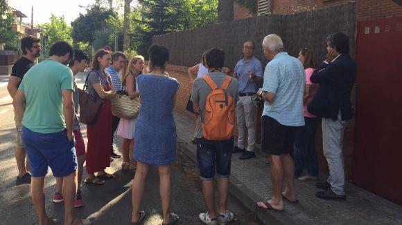 Veïns i tècnics negociant al carrer de Sant Eduard