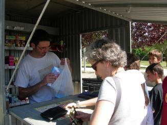 Els santcugatencs esperen fins a l'últim moment per comprar els petards de la Revetlla de Sant Joan