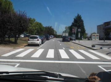 Comencen els treballs de senyalització de la Via Augusta per millorar el trànsit davant del centre comercial