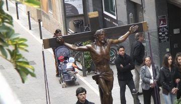 Més de 200 fidels acompanyen un Via Crucis que busca créixer