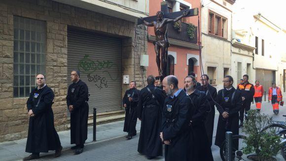 Centenars de persones segueixen el Via Crucis de Sant Cugat