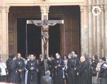 El Sant Crist recorre el centre de la ciutat sota la mirada de 260 santcugatencs