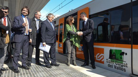 Un tren de FGC de la línia del Vallès, batejat amb el nom de Sant Cugat