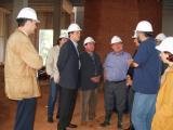 L'alcalde ha volgut seguir el ritme de les obres.