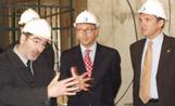 L'arquitecte de l'obra, Pep Bonet, explica a l'alcalde Lluís Recoder com és l'estructura de l'edifici