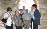 L'alcalde Recoder observa com ha quedat l'ermita un cop acabats els treballs de rehabilitació