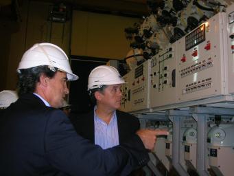 L'alcalde durant una visita anterior a l'interior de la subestació