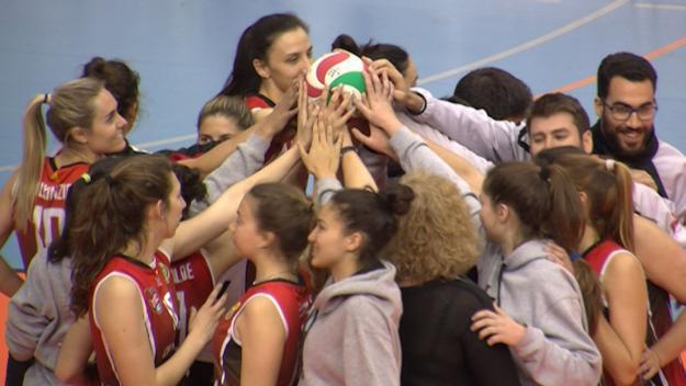 Comunió final d'equip a l'acabar el partit / Foto: Cugat.cat