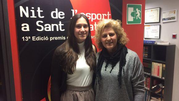 A l'esquerra, la jugadora del Volei Sant Cugat Sara Julián acompanyada de la presidenta, Núria Terribas