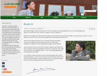 L'alcalde Recoder consulta la seva pàgina web en un ordinador portatil