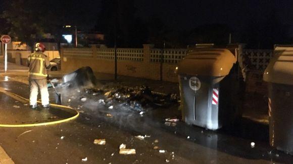 Els Bombers sufoquen un foc a uns contenidor de Mira-sol