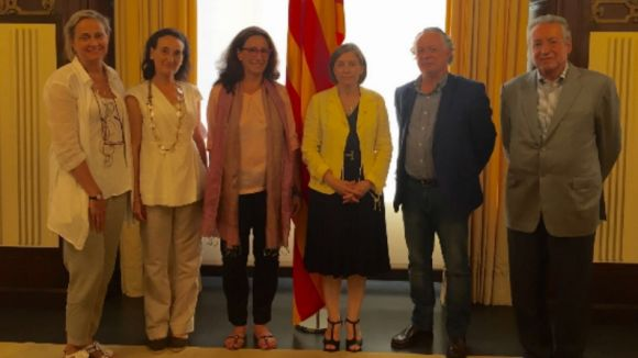 Membres de Wise People amb la presidenta del Parlament, Carme Forcadell / Foto: Wise People