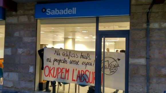 Membres de La Xesca entren a una oficina de Banc Sabadell per denunciar l'especulació