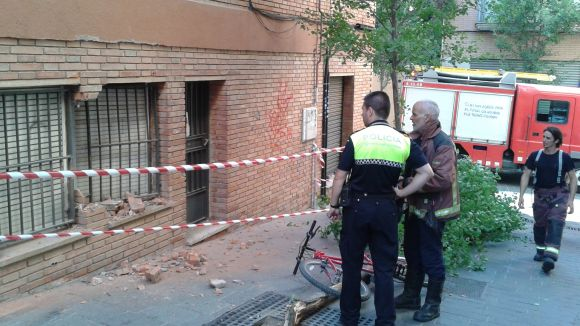 Un camió xoca contra un bloc de pisos del passatge de Rosselló
